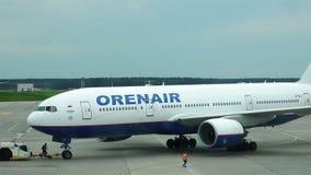 O trator reboca um avião comercial no aeroporto antes da decolagem video estoque