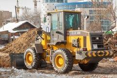 O trator remove os restos da demolição da construção Imagem de Stock Royalty Free