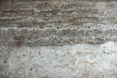 O travertino natural da pedra cinzento-bege com listras paralelas é chamado titânio de Travertino imagens de stock royalty free