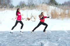 O treinador da patinagem artística com aprendiz pratica no lago congelado Imagem de Stock