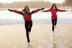 O treinador da patinagem artística com aprendiz pratica no lago congelado Fotos de Stock