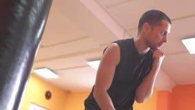 O treinador das artes marciais mostra e diz a exatidão da greve e do exercício, movimento lento, profissional, mestre filme