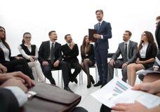 O treinador do negócio comunica-se com a equipe do negócio fotos de stock