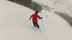 O treinador privado do esqui que monta abaixo da inclinação de montanha nevado, demonstrando engana vídeos de arquivo