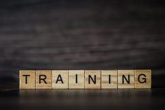 O treinamento da palavra que consiste nos painéis quadrados de madeira claros na Imagem de Stock Royalty Free