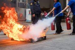 O treinamento de combate ao fogo dos empregados, extingue um fogo imagem de stock royalty free