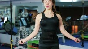 O treinamento de salto da mulher no gym, dando certo é o kickboxer saudável do corpo da aptidão, corda de salto fêmea no Gym video estoque