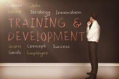 O treinamento e o desenvolvimento denominam escrito em um quadro-negro 3d Imagem de Stock