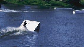 O treinamento extremo do desportista engana na água com trampolim vídeos de arquivo
