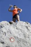 O trekker da mulher bebe altamente nas montanhas Imagem de Stock Royalty Free
