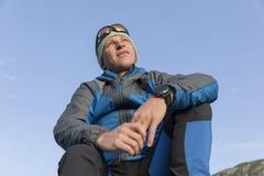 O trekker novo considerável pausa e aprecia o nascer do sol Fotos de Stock Royalty Free