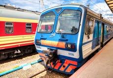 O trem bonde está em uma plataforma do terminal do trilho de Moskovsky Foto de Stock