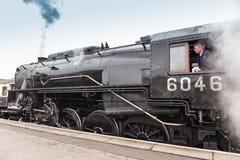 O trem britânico do vapor puxa no platofrm da estação em Nene Valley Railway imagem de stock royalty free
