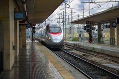 O trem chega na estação da Bolonha em Itália Fotografia de Stock Royalty Free