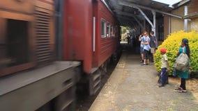 O trem chega na estação de trem video estoque