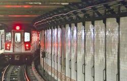 O trem chega na estação subterrânea, New York imagem de stock
