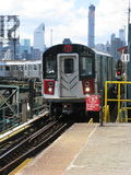 O trem 7 chega na plaza de Queensboro, New York Foto de Stock Royalty Free