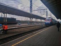 O trem chegou na estação imagens de stock royalty free