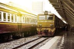 O trem conduziu por locomotivas elétricas diesel amarelas velhas na estação de trem de Banguecoque Fotografia de Stock