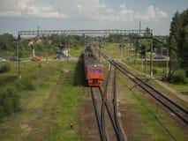 O trem cruza o cruzamento no campo foto de stock
