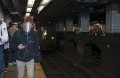 O trem da baixa tensão para na 42nd rua dirigida ao Yankee Stadium Fotografia de Stock Royalty Free