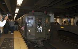 O trem da baixa tensão para na 42nd rua dirigida ao Yankee Stadium Imagem de Stock Royalty Free