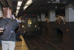 O trem da baixa tensão para na 42nd rua dirigida ao Yankee Stadium Foto de Stock Royalty Free