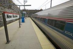 O trem de Amtrak parte estação de caminhos-de-ferro de New Rochelle, New York, New York Foto de Stock Royalty Free