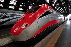O trem de Freccia Rossa na estação de Milão Imagem de Stock