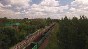 O trem de mercadorias bonde, locomotiva move passeios pelo trilho com vagões, transporte, entrega o recipiente, carga dos transpo vídeos de arquivo