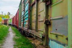 O trem de mercadorias velho está no tapume fotos de stock