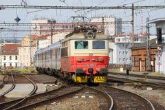 O trem de passageiros chega na estação de trem Brno, república checa Fotografia de Stock