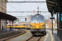 O trem de passageiros da empresa RegioJet do transporte chega na estação Brno, república checa Imagens de Stock Royalty Free