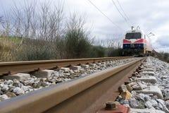 O trem descarrilhado treina no local de um acidente de trem no Ge imagens de stock royalty free