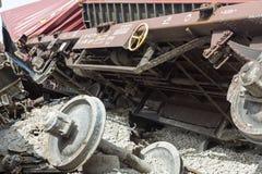 O trem descarrilhado treina no local de um acidente de trem no Ge imagens de stock