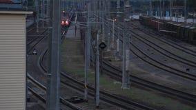 O trem diesel do passageiro chega na estação vídeos de arquivo
