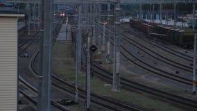 O trem diesel do passageiro chega na estação video estoque