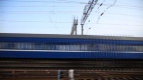 O trem diesel do passageiro monta perto da estação, tempo-regaços video estoque