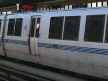 O trem do BARONETE puxa na estação Foto de Stock Royalty Free