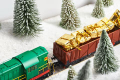 O trem do feriado leva presentes para o Natal Foto de Stock