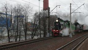 O trem do vapor em uma nuvem de fumo está aproximando-se vídeos de arquivo