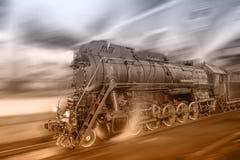 O trem do vapor vai rapidamente no fundo da estação da noite imagens de stock royalty free