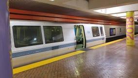 O trem está esperando na plataforma 2 foto de stock