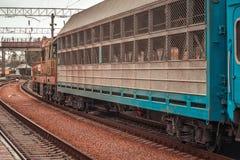 o trem está indo em estradas de ferro ucranianas imagens de stock