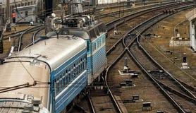 o trem está indo em estradas de ferro ucranianas velhas fotos de stock royalty free