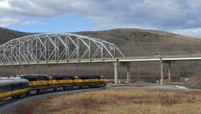 O trem está movendo-se sob a ponte Fotografia de Stock Royalty Free