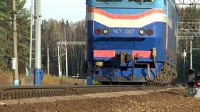 O trem está movendo sobre uma câmara de vídeo video estoque