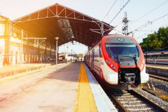 O trem está na plataforma do estação de caminhos-de-ferro imagem de stock