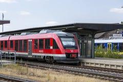O trem está no estação de caminhos de ferro em Goslar, Alemanha fotos de stock royalty free