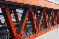 O trem está passando através da ponte fotografia de stock royalty free